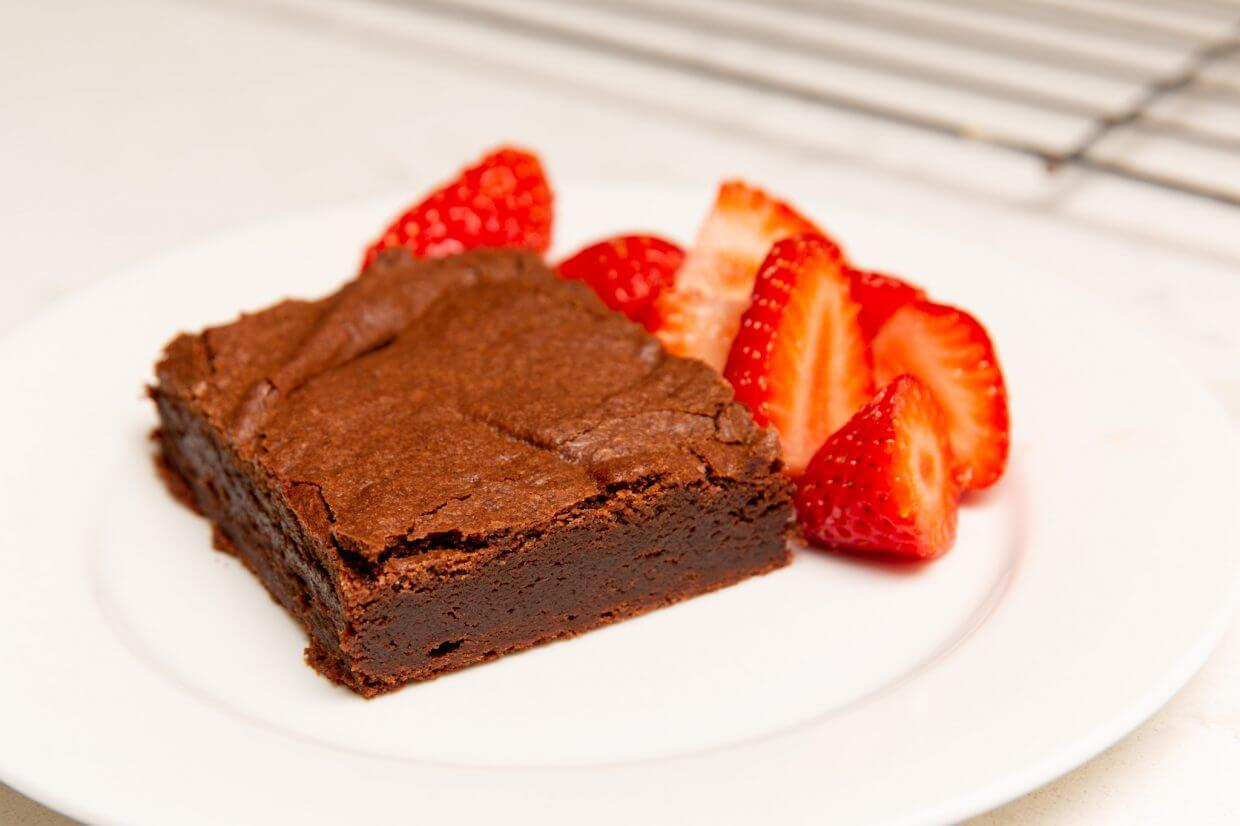 Chewy chocolate brownies with fresh strawberries
