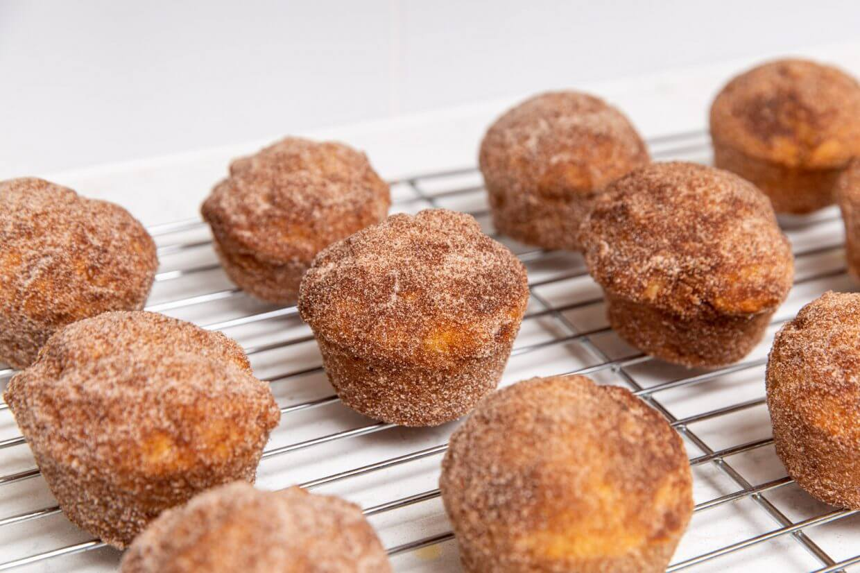 Doughnut muffins with cinnamon sugar